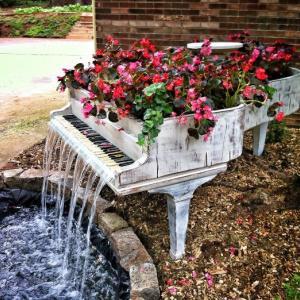 عکس - 15 راه استفاده از مبلمان های قدیمی در طراحی باغ و باغچه