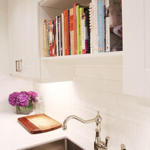 عکس - ایده هایی برای طراحی کتابخانه ای کوچک در آشپزخانه