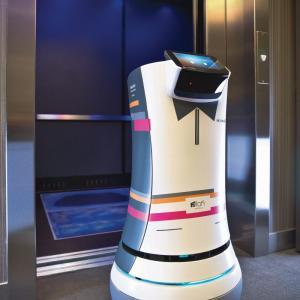 عکس - ارائه خدمات در هتلی در کالیفرنیا توسط یک روبات