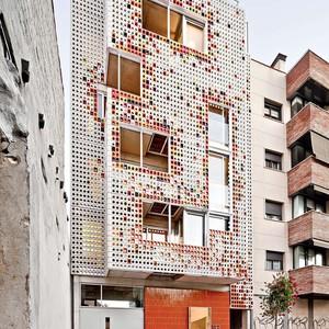 عکس - ساختمانی با نمایی از سرامیکهای رنگارنگ