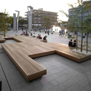 عکس - نیمکت بزرگ شهری به مثابه مبلمانی برای یک گردهمایی