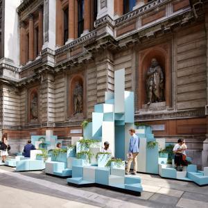 عکس - طراحی مبلمانی شهری درمقابل آکادمی سلطنتی هنر لندن
