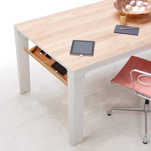 عکس - میز شگفت انگیزی ،که گجتهای درحال شارژ شما را درکشوی خود پنهان می کند.