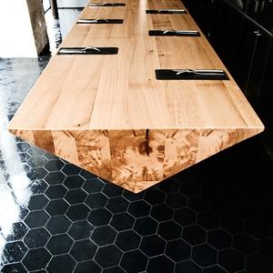 عکس - کانتر چوبی و معلق یک رستوران