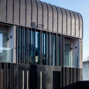 عکس - آپارتمانی در ایرلند با پوشش فلزی سیاه اثر معماران ODOS