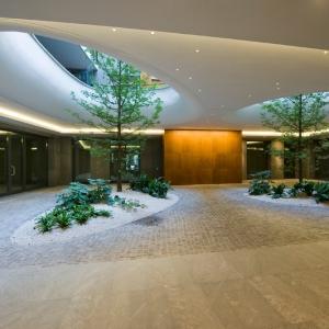 تصویر - درختانی در دوچشم بیضوی باغ معلق این ساختمان - معماری