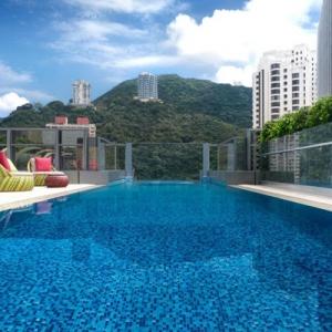 تصویر - استخری معلق بر لبه ساختمان هتلی در هنگ کنگ - معماری