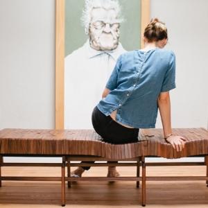 عکس - نیمکت چوبی که به فرم بدن در می آید.