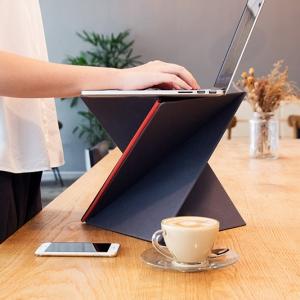 عکس - میز قابل حمل و نقلی که زمان جمع شدن، به اندازه یک مجله می شود.