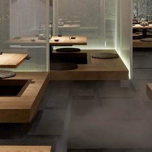 تصویر - رستورانی با صندلیهای معلق و پوشیده از مه - معماری