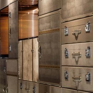 عکس - دیواری پوشیده از چمدان در هتلی واقع در هنگ کنگ