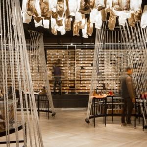 تصویر - کاربرد طناب در طراحی داخلی فروشگاه Yellow Earth ، اثر استودیو طراحی TANDEM ، استرالیا - معماری