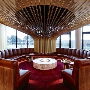عکس - طراحی بی نظیر شومینه مدور یک هتل