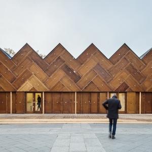 تصویر - پاویونی که از 180 درب بازیافتی ساخته شده است. - معماری