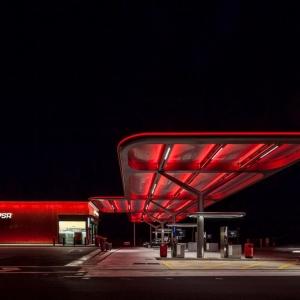 تصویر - پمپ بنزین زیبای CEPSA ،اثر مشاور طراحی  Saffron Brand ، Malka ، Portús ، اسپانیا - معماری