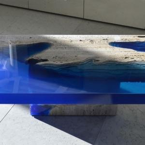 عکس - میز مرداب،ترکیبی از رزین و سنگ تراورتن برش خورده