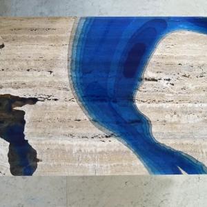 تصویر - میز مرداب،ترکیبی از رزین و سنگ تراورتن برش خورده - معماری