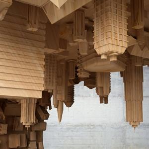 تصویر - ترکیب واقعیت با طرحی مواج از شهر در یک میز قهوه خوری - معماری