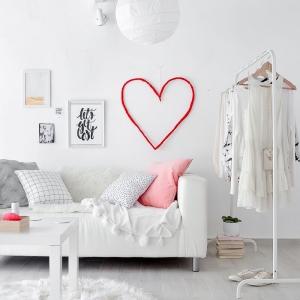 عکس - ساخت قلب هنری بر روی دیوار