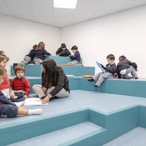 تصویر - مهدکودکی در اسپانیا با کوه،غار و صفحه شطرنج - معماری