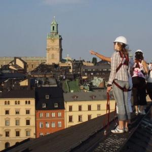 عکس - برگزاری تور پیاده بر روی بام ساختمانها در استکهلم