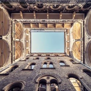 تصویر - تبدیل ساختمانهای 100 ساله به تونلهایی رو به آسمان - معماری