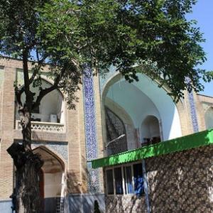 عکس - ساخت یک سازه وسط مدرسه ۳۶۰ ساله