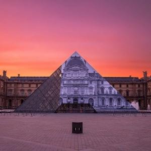 تصویر - مثل زخم روی صورت پاریس ، هرم لوور آنامورفیک شد. - معماری