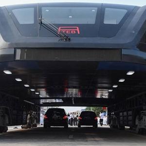 عکس - اتوبوس هوایی چینی ها با قابلیت عبور از خودروها