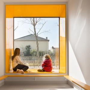 تصویر - استفاده از رنگهای جذاب در فضای نشیمن کنار پنجره - معماری