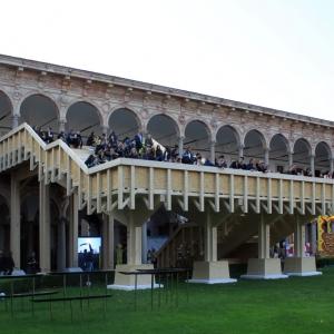 تصویر - پله های چوبی عظیم در محوطه دانشگاه میلان ایتالیا - معماری
