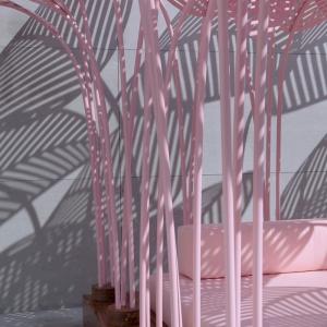 تصویر - سایبانی در فضای باز ،جنگلی از برگهای نخل صورتی - معماری
