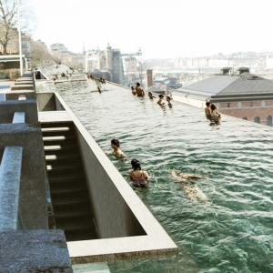 عکس - UMA تصمیم دارد استخر بینهایت کنار دریای بالتیک در استکهلم بسازد.