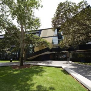 عکس - ساختمان دانشکده حقوق پردیس Kensignton , اثر تیم طراحی Lyons , استرالیا