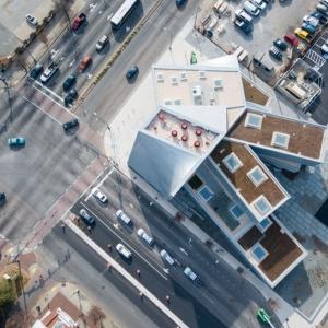 تصویر - طراحی مرکز هنرهای معاصر در یک تقاطع تاریخی شهری - معماری