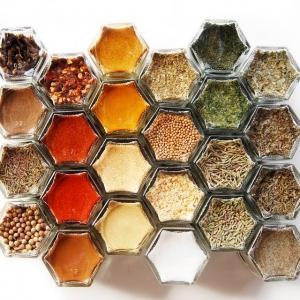 عکس - 10 راهکار هوشمندانه برای سازماندهی جا ادویه ای در آشپزخانه