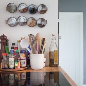 تصویر - ۹ راهکار برای ایجاد فضای بیشتر و سازماندهی وسایل در داخل کابینت ها - معماری