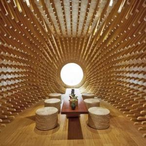 عکس - تبدیل یک اتاق مستطیل شکل به اتاق چای بیضی با 999 قطعه چوبی