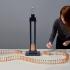 عکس - روشن کردن یک لامپ دومینو هر چقدر هم که دقیق و پیچیده باشد، به همان اندازه سرگرم کننده است.