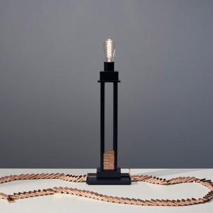 تصویر - روشن کردن یک لامپ دومینو هر چقدر هم که دقیق و پیچیده باشد، به همان اندازه سرگرم کننده است. - معماری