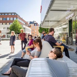 تصویر - طراحی نیمکتی به طول 65 متر در میدانی در سوئد - معماری