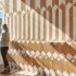 عکس - طراحی داخلی کافی شاپ با دو رنگ متفاوت چوب