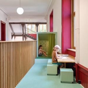 تصویر - تبدیل راهروهای مدرسه ای در سوئیس به فضایی آموزشی و جذاب - معماری