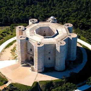 عکس - قلعه ی دل مونته ( Castel del Monte ) , شاهکار معماری ایتالیا