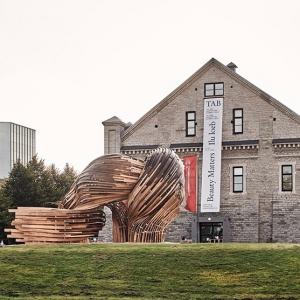 تصویر - ساخت مجسمه بزرگ گمراهکنندهای با تکنیکهای قدیمی چوبسازی - معماری