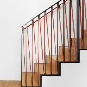 تصویر - طراحی نرده ای خاص با ترکیب چرم و فولاد  - معماری