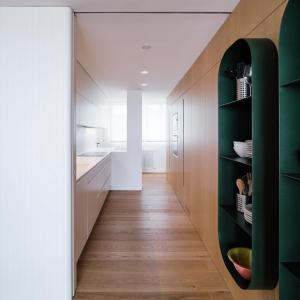تصویر - طراحی قابل توجه طبقات و شلف ها در آپارتمانی در اسپانیا - معماری