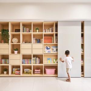عکس - وایت برد کشویی ویژگی اصلی طراحی اتاق کودک در این آپارتمان