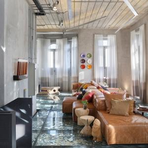 تصویر - ایده پردازی طراحی کف شیشه ای با استفاده از تکه های شکسته آینه ،اثر Gisele Taranto - معماری
