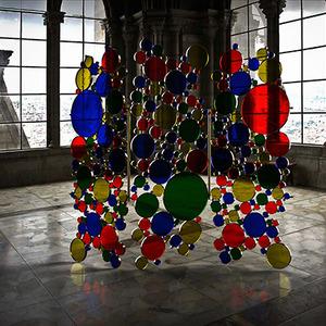 عکس - یک پارتیشن مدرن از جنس شیشه های رنگی